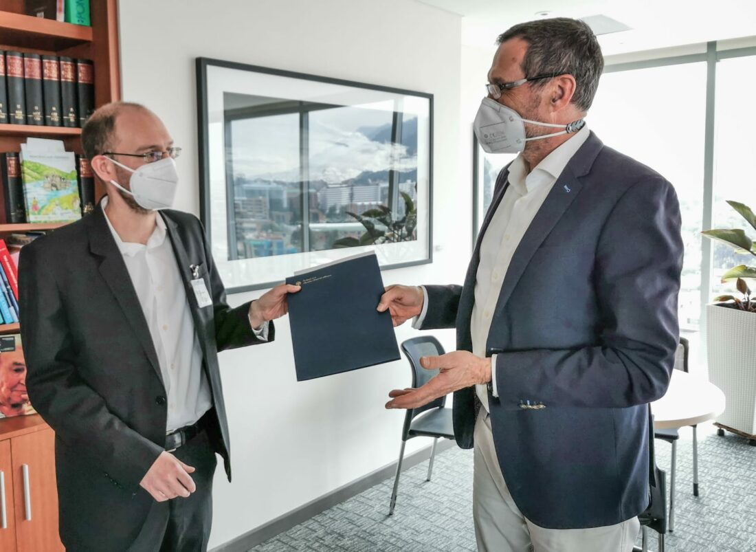 Stefan Peters y Peter Ptassek durante la entrega oficial de la ampliación del proyecto JEP y CEV con CAPAZ y CEDPAL. Febrero de 2021
